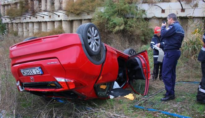 Imagini dramatice! Grav accident rutier pe strada Traian. O șoferiță a lovit un biciclist, după care s-a răsturnat cu mașina în râpa portului! TREI VICTIME - Update - img4570-1415796096.jpg