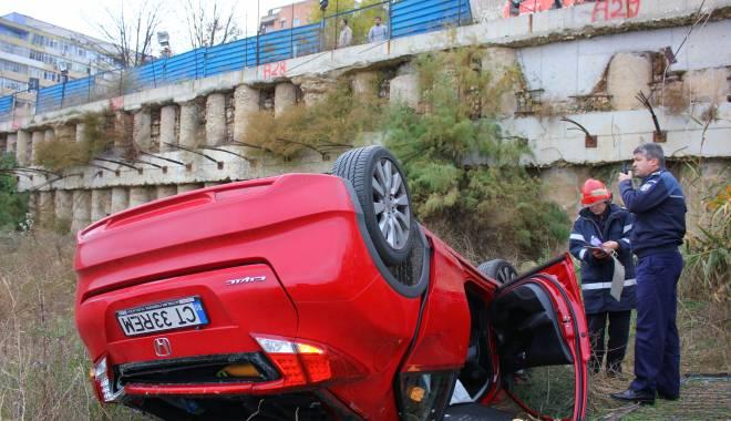 Imagini dramatice! Grav accident rutier pe strada Traian. O șoferiță a lovit un biciclist, după care s-a răsturnat cu mașina în râpa portului! TREI VICTIME - Update - img4571-1415796753.jpg
