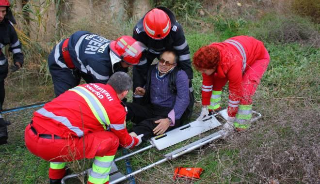 Imagini dramatice! Grav accident rutier pe strada Traian. O șoferiță a lovit un biciclist, după care s-a răsturnat cu mașina în râpa portului! TREI VICTIME - Update - img4576-1415796762.jpg