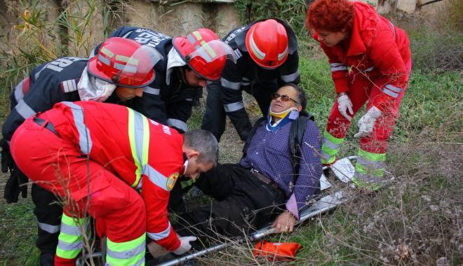 Imagini dramatice! Grav accident rutier pe strada Traian. O șoferiță a lovit un biciclist, după care s-a răsturnat cu mașina în râpa portului! TREI VICTIME - Update - img4577-1415796770.jpg