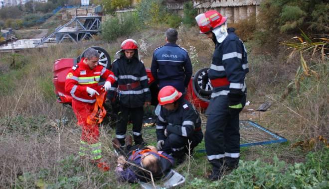 Imagini dramatice! Grav accident rutier pe strada Traian. O șoferiță a lovit un biciclist, după care s-a răsturnat cu mașina în râpa portului! TREI VICTIME - Update - img4581-1415796784.jpg