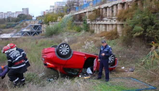 Imagini dramatice! Grav accident rutier pe strada Traian. O șoferiță a lovit un biciclist, după care s-a răsturnat cu mașina în râpa portului! TREI VICTIME - Update - img4598-1415796121.jpg