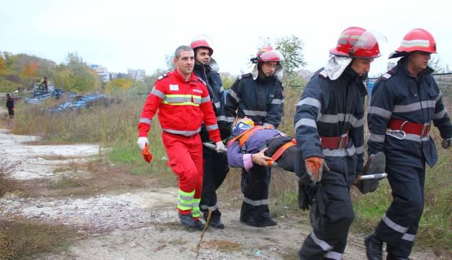 Imagini dramatice! Grav accident rutier pe strada Traian. O șoferiță a lovit un biciclist, după care s-a răsturnat cu mașina în râpa portului! TREI VICTIME - Update - img4610-1415796146.jpg