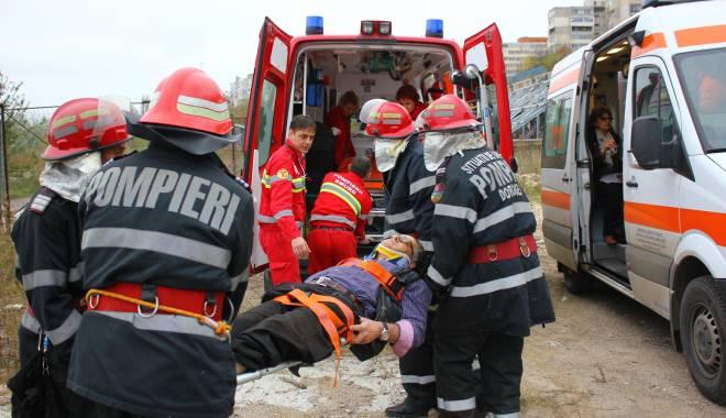 Imagini dramatice! Grav accident rutier pe strada Traian. O șoferiță a lovit un biciclist, după care s-a răsturnat cu mașina în râpa portului! TREI VICTIME - Update - img4611-1415796777.jpg