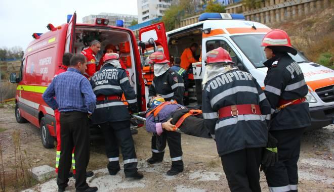 Imagini dramatice! Grav accident rutier pe strada Traian. O șoferiță a lovit un biciclist, după care s-a răsturnat cu mașina în râpa portului! TREI VICTIME - Update - img4614-1415796799.jpg