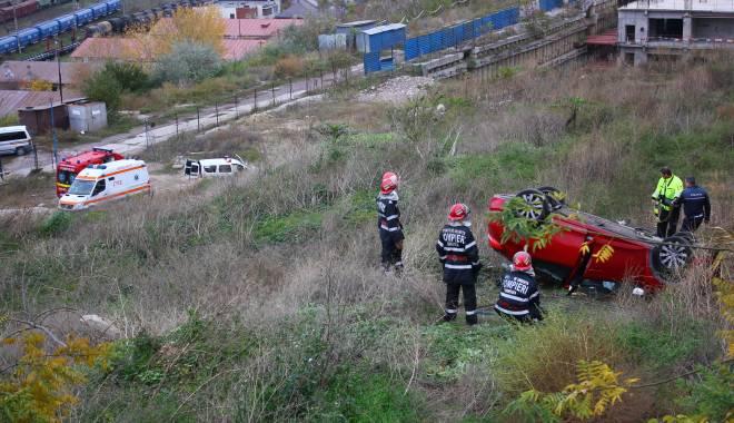Imagini dramatice! Grav accident rutier pe strada Traian. O șoferiță a lovit un biciclist, după care s-a răsturnat cu mașina în râpa portului! TREI VICTIME - Update - img4624-1415796157.jpg
