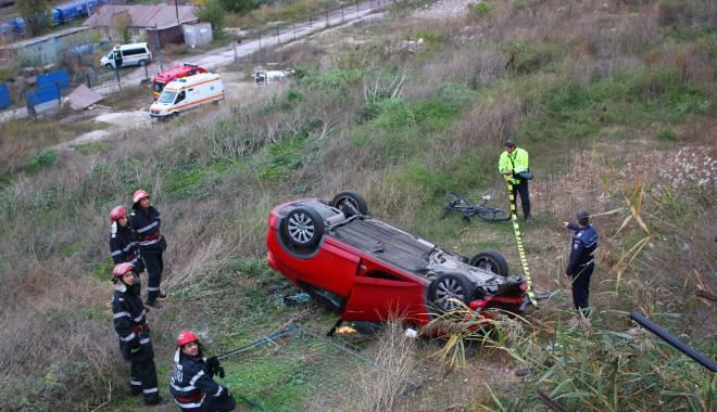 Imagini dramatice! Grav accident rutier pe strada Traian. O șoferiță a lovit un biciclist, după care s-a răsturnat cu mașina în râpa portului! TREI VICTIME - Update - img4625-1415796165.jpg