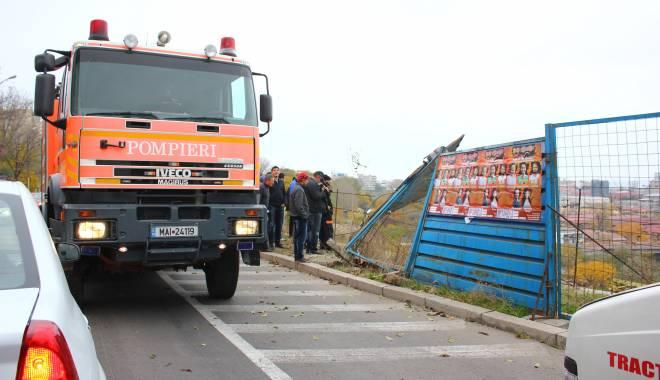 Imagini dramatice! Grav accident rutier pe strada Traian. O șoferiță a lovit un biciclist, după care s-a răsturnat cu mașina în râpa portului! TREI VICTIME - Update - img4637-1415796173.jpg