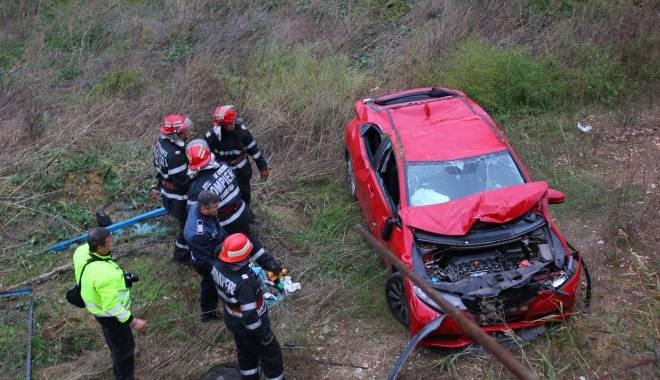 Imagini dramatice! Grav accident rutier pe strada Traian. O șoferiță a lovit un biciclist, după care s-a răsturnat cu mașina în râpa portului! TREI VICTIME - Update - img4648-1415796181.jpg