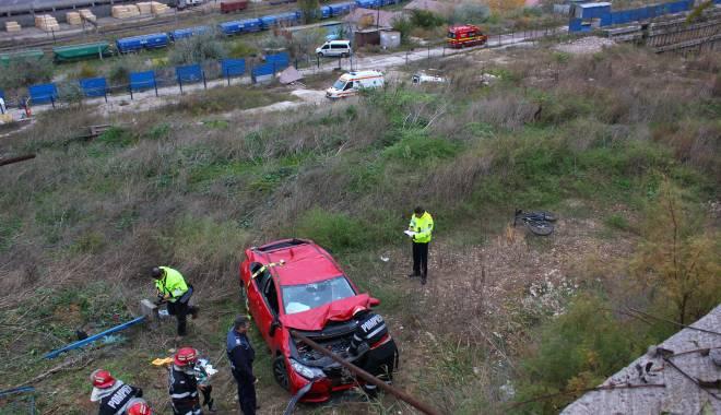 Imagini dramatice! Grav accident rutier pe strada Traian. O șoferiță a lovit un biciclist, după care s-a răsturnat cu mașina în râpa portului! TREI VICTIME - Update - img4654-1415796189.jpg