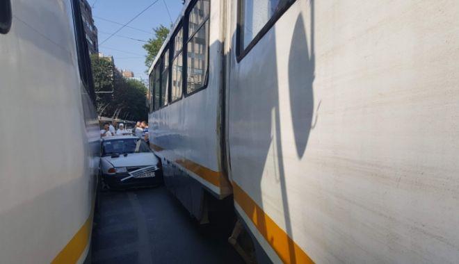 Foto: Accident SPECTACULOS! O maşină a rămas blocată între două tramvaie