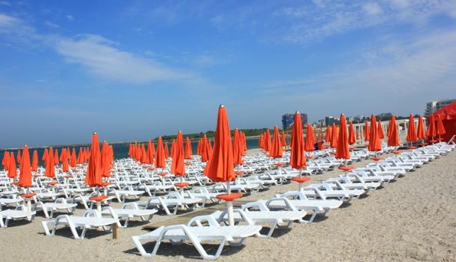 Foto: Plajele europene, ocupate de afaceriştii de pe litoral