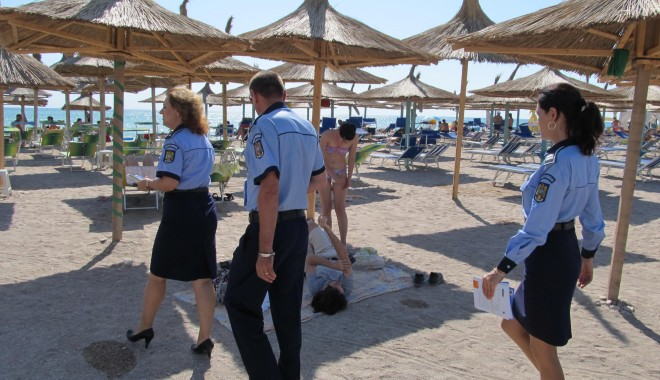 Foto: Tineri din Constanţa, prinşi de poliţişti după ce au furat umbrele de plajă