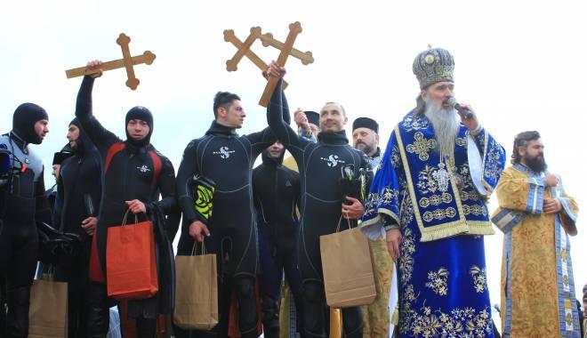 Foto: Bobotează la Constanţa. Iată cine sunt cei trei tineri care au adus la mal Crucea Sfântă / Galerie foto