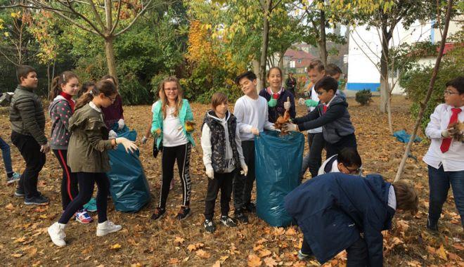 Foto: Elevii constănţeni, mobilizaţi  la curăţenia de toamnă, prin oraş