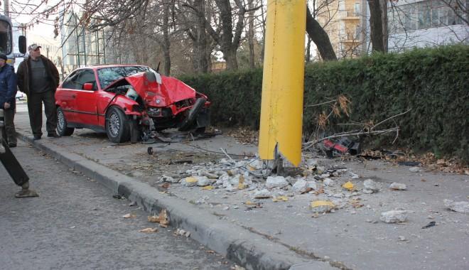 Foto: Accidentul de pe strada Mihai Viteazu, provocat de o şoferiţă de 19 ani