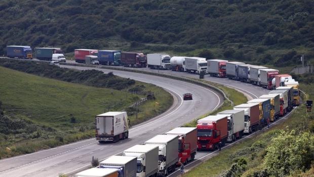 Zeci de migranţi, găsiţi într-un camion înmatriculat în România! - imigrantii47690600-1445235083.jpg