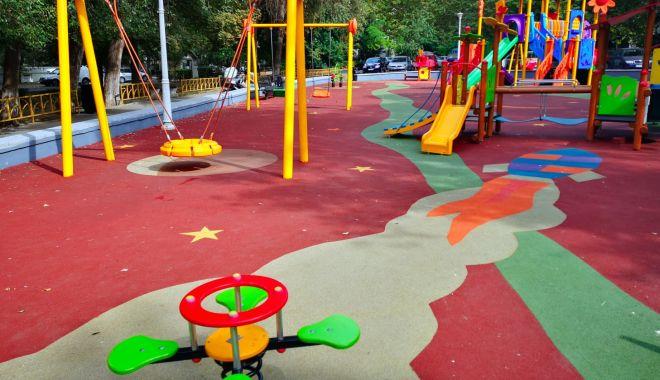 Foto: 18 locuri de joacă, reabilitate de administrația locală