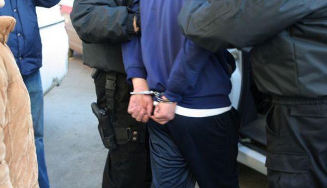 Foto: Tânăr de 19 ani, din Constanţa, arestat după ce a bătut şi tâlhărit un bărbat, pe stradă