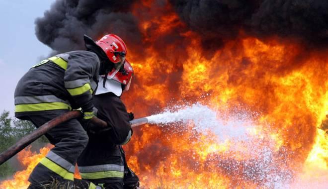 Foto: Bărbaţi din Medgidia, reţinuţi după ce au incendiat acoperişul unui imobil