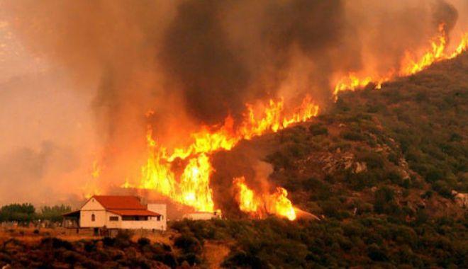 Foto: Noi incendii în Grecia: Locuitorii din două sate din apropiere de Atena au fost EVACUAȚI