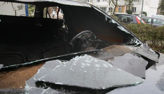 Foto: Nouă maşini incendiate în cartierul Drumul Taberei, din Capitală