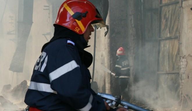 Foto: Incendiu puternic la un hotel din stațiunea Moneasa. Turiștii au fost evacuați
