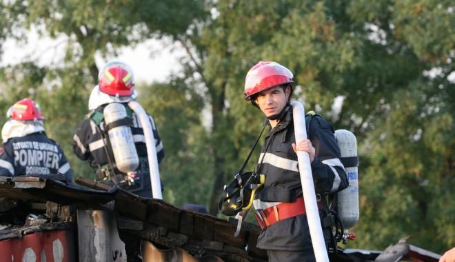 Foto: Incendiu la un depozit de cherestea de pe Aurel Vlaicu
