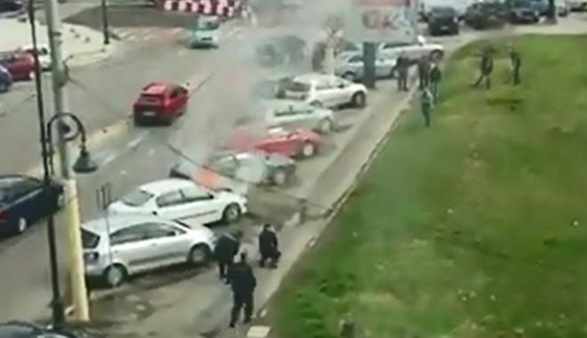 Foto: VIDEO. Autoturism în flăcări, în faţa Primăriei Constanţa. Jandarmii au stins focul