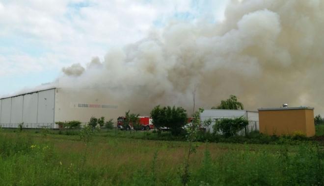 Foto: Incendiul din Dărăşti nu a fost încă stins. Arde mocnit
