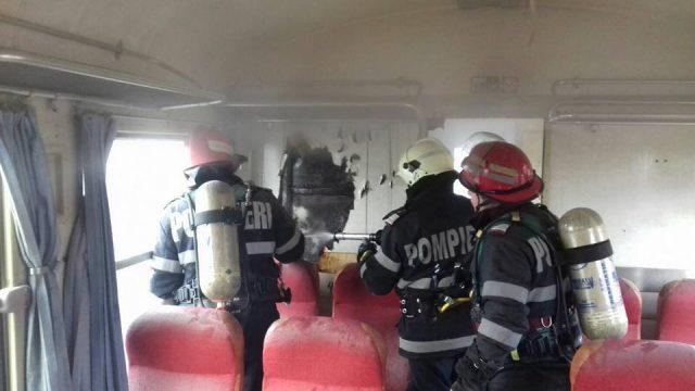 Foto: CLIPE DE PANICĂ ŞI GROAZĂ PENTRU CĂLĂTORI. Un tren a luat foc în mers