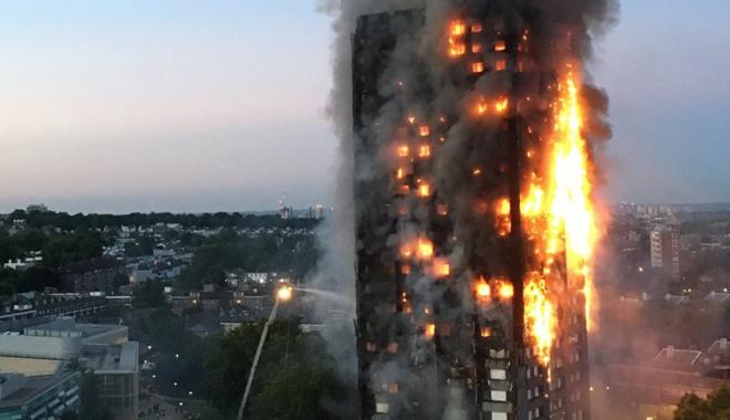Foto: Incendiu devastator la Londra.  Un bloc turn a ars din temelii