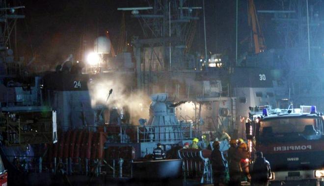 "Foto: Incendiu în portul militar Constanţa. DM 24 ""Remus Lepri"", evacuat"