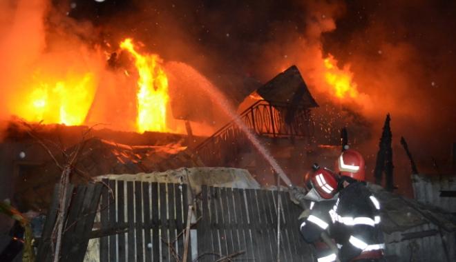 Foto: OPT CASE INCENDIATE! Focul a fost pus intenţionat. Suspectul a fost internat la psihiatrie