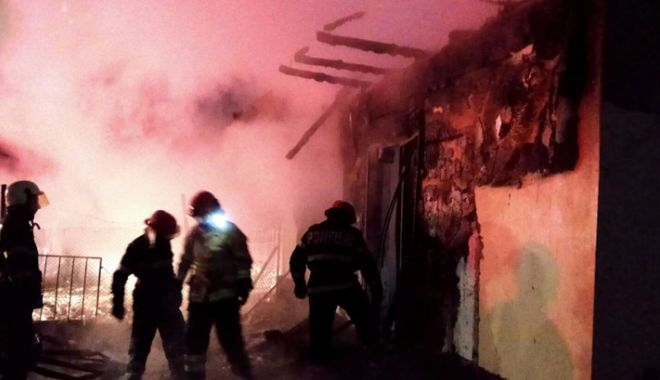 Foto: Incendiu devastator în judeţul Constanţa. Doi bărbaţi, carbonizaţi
