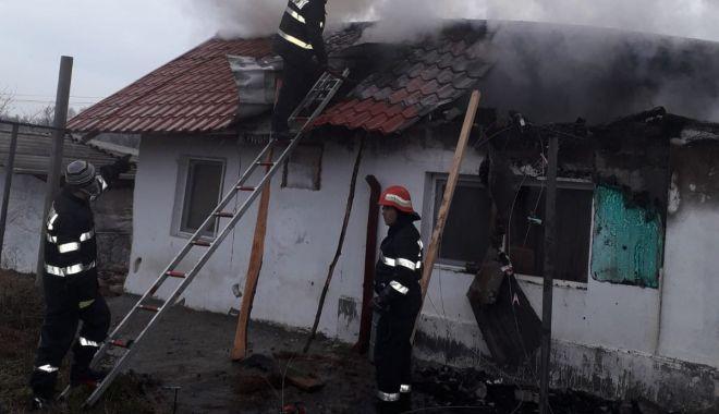 Foto: Incendiu puternic în judeţul Constanţa. Ard chiliile de la o mănăstire