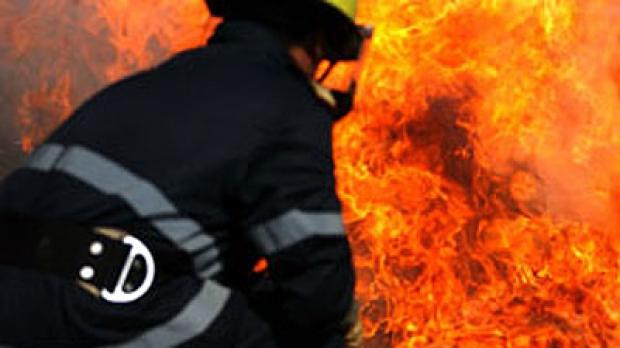 Foto: BMW incendiat, ieri dimineaţă, pe strada Nicolae Iorga