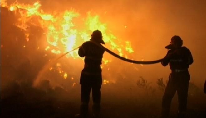 Foto: Incendiu devastator! 600 de pompieri, zeci de persoane evacuate