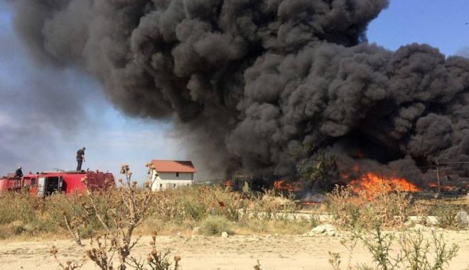Foto: Galerie foto. Incendiu de amploare l�ng� Constan�a. Pompierii  au intervenit cu opt ma�ini