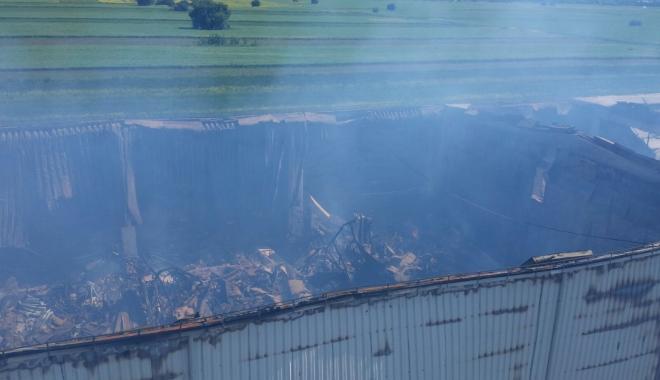 Foto: Incendiul de la Dărăşti nu a fost stins