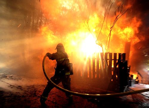 Foto: INCENDIU �N CONSTAN�A. TREI VICTIME