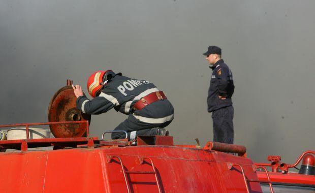 Foto: Incendiu puternic la Constan�a. Zeci de cauciucuri au fost cuprinse de fl�c�ri