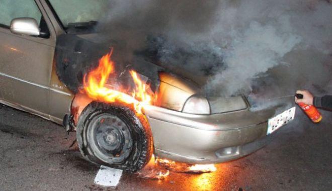 Foto: Trupul carbonizat al unui bărbat, găsit într-o maşină care a ars. Poliţia face anchetă