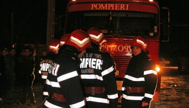 Foto: O Dacie a fost mistuită de flăcări, azi-noapte, în Constanţa
