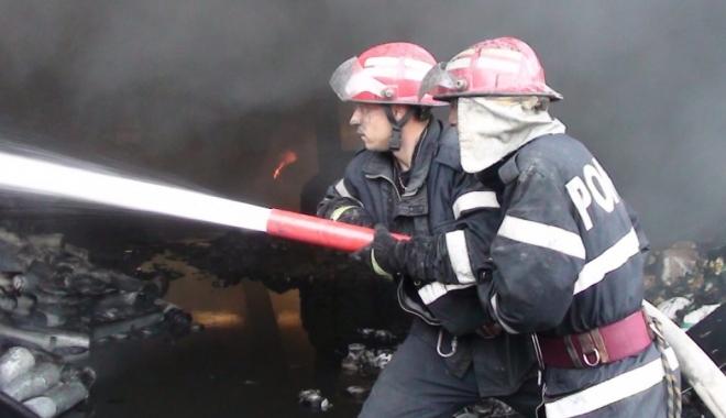 Foto: INCENDIU DEVASTATOR. O persoană a murit intoxicată cu monoxid de carbon