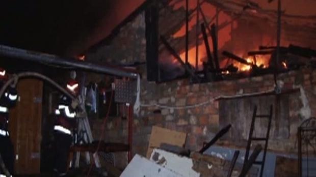 Incendiu violent! O femeie a murit, iar băiatul ei a fost rănit, după ce casa lor a fost cuprinsă de flăcări - incendiu68924000-1509275774.jpg