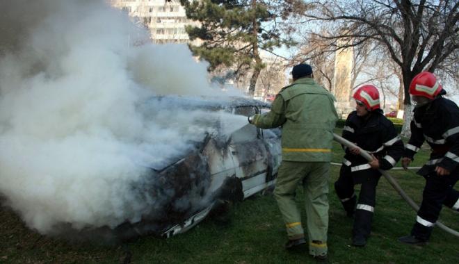 Foto: Pericol de explozie, la o benzin�rie din Constan�a. Trei ma�ini au ars, pompierii �i poli�i�tii se contrazic �n declara�ii