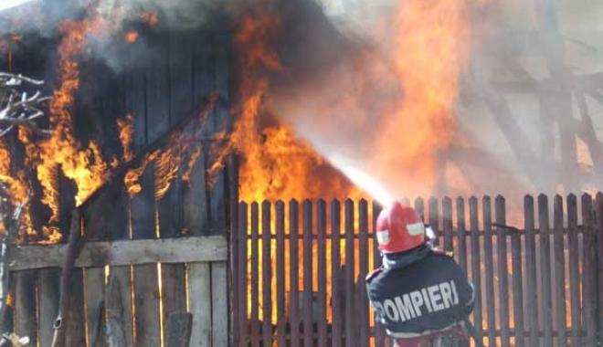 Foto: Bărbat mort, după ce ar fi incendiat casa în care stătea cu mama sa