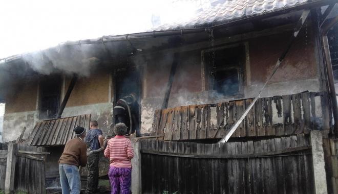 Foto: INCENDIU DEVASTATOR. TREI CASE, MISTUITE DE FLĂCĂRI