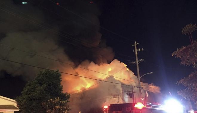 Foto: Incendiu devastator! O hală cu bărci şi motoare a ars în totalitate